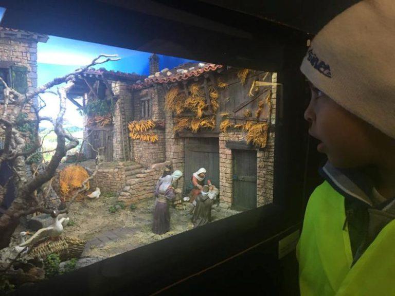Els alumnes del Pere Torrent visiten l'exposició de diorames a la capella dels Sants Metges