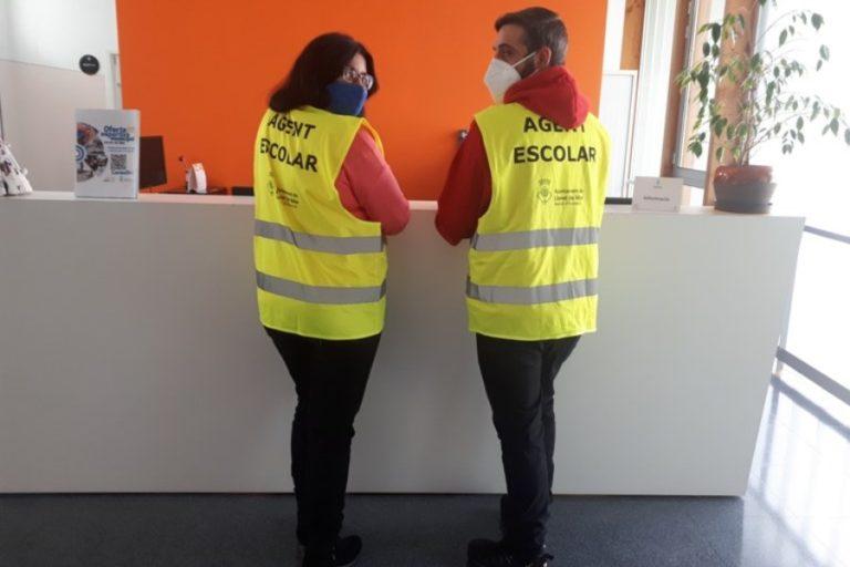 Dos agents cívics controlen les mesures antiCovid a entrades i sortides escolars