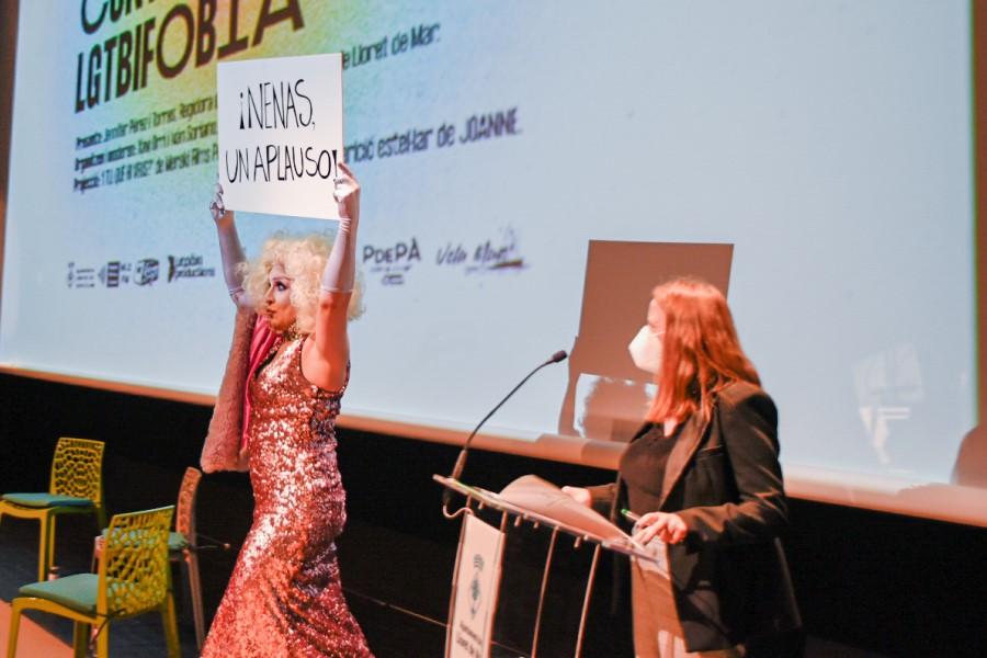 Joanne i la regidora d'Igualtat a l'acte contra l'homofòbia (Bustek Films)