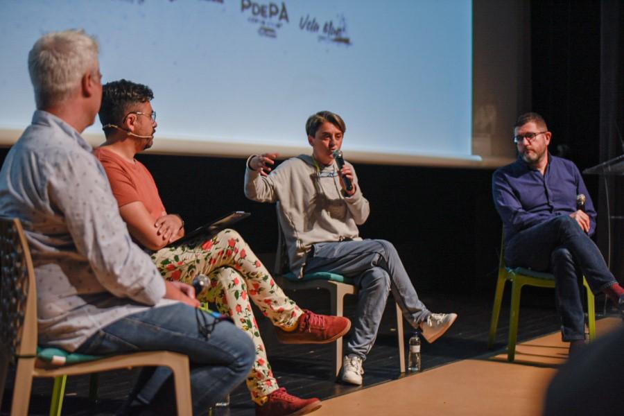 Els ponents de la taula d'experiències contra l'homofòbia (Bustek Films)