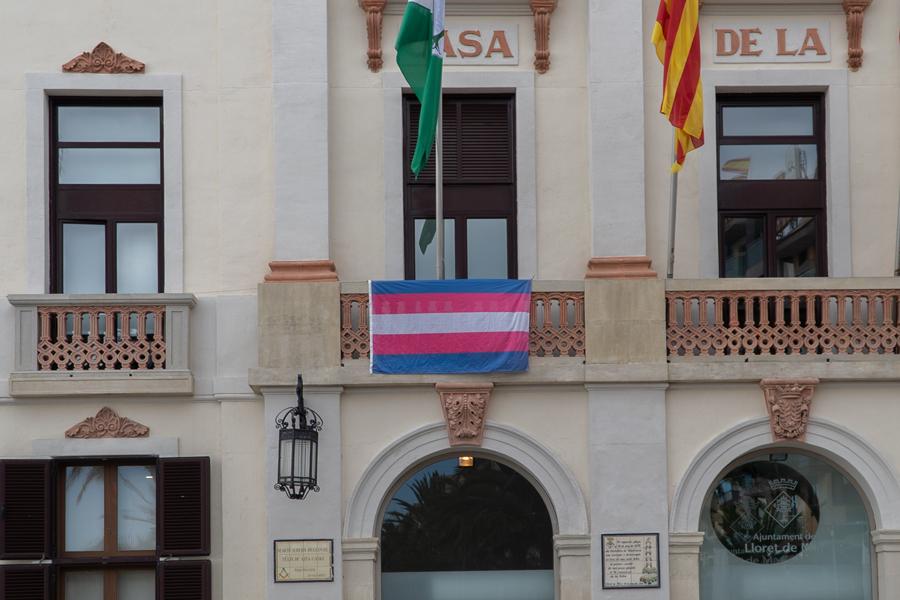 Bandera a l'Ajuntament de Lloret per commemorar el Dia Internacional de la Memòria Transsexual