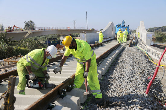 Collocacio de les vies sobre el nou pont ferroviari de la Tordera el 23 de setembre de 2020 horitzontal