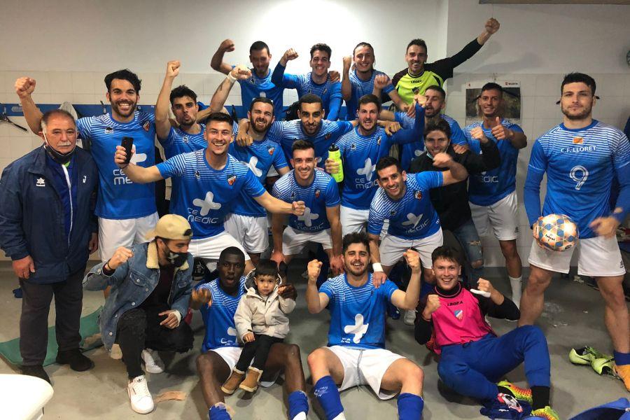 El Lloret de futbol celebrant la victoria contra lEscala
