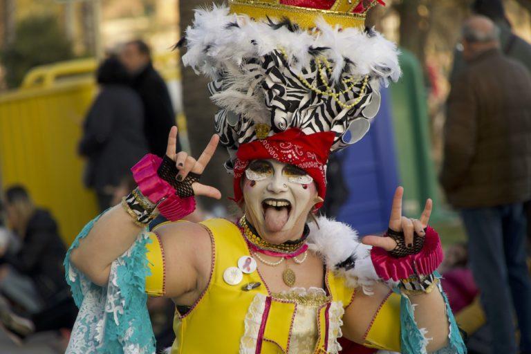 Els Encantats (carrossa) i Welcome & Friends (comparsa) arrasen a la rua del Carnaval de Lloret de Mar
