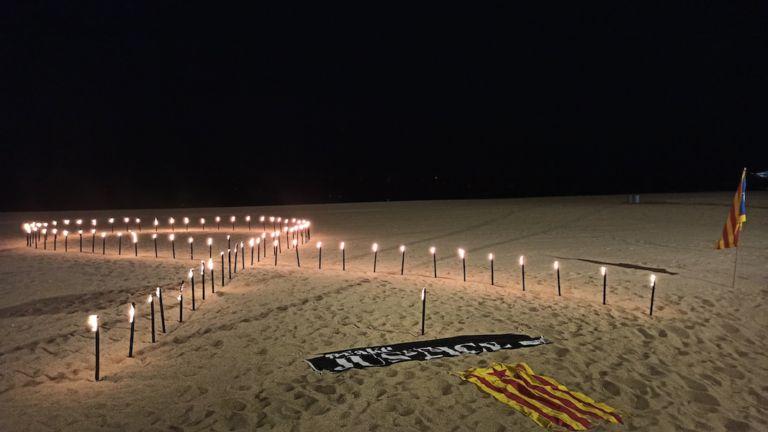Unes 200 persones recorden l'1-O i reivindiquen la llibertat dels presos per 100a vegada