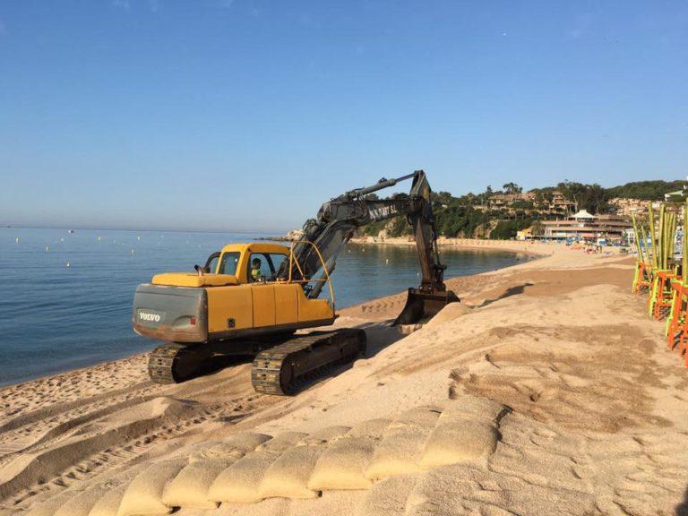 L'Ajuntament treballa per anivellar la sorra a les platges del centre i de Fenals