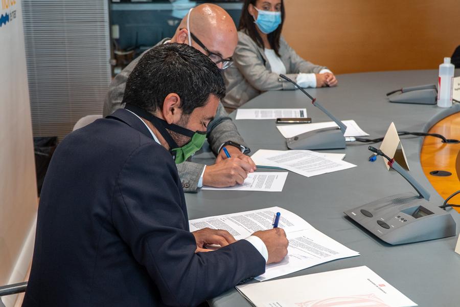 Jaume Dulsat i el conseller, Chakir El Homrani, signen l'acord pressupostari destinat al futur sociosanitari