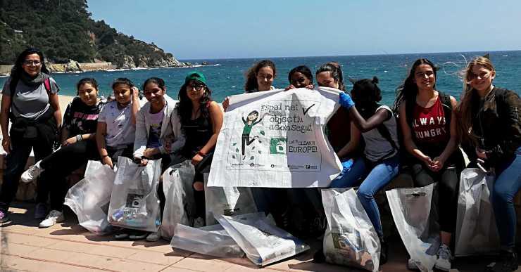 Una 40a d'alumnes de l'institut Coll i Rodés participen al 'Let's Clean up Europe'
