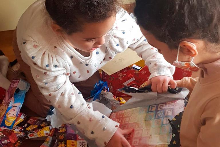 Els nens i nenes de Lloret obren il·lusionats els regals dels Reis d'Orient