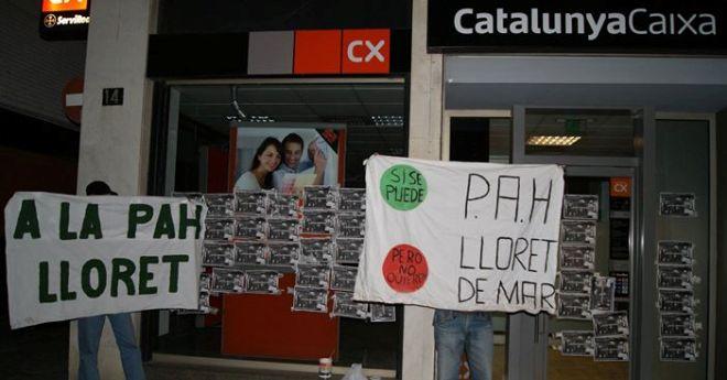 La PAH de Lloret empapera l'oficina de Catalunya Caixa per demanar que retiri una denúncia