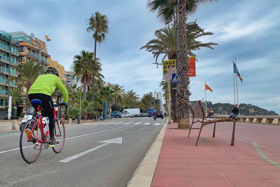 Un ciclista circulant pel passeig