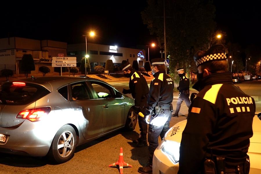 Policia Local de Lloret en un control del toc de queda
