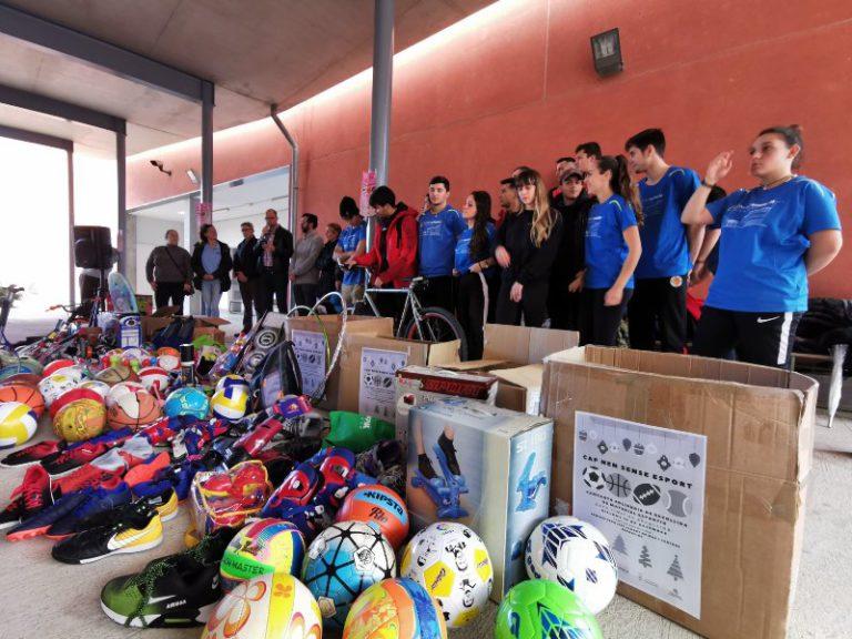 Els alumnes del Rocagrossa lliuren 300 objectes de material esportiu a Càritas