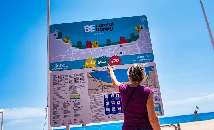 Una turista mirant un mapa de Lloret Lloret Turisme