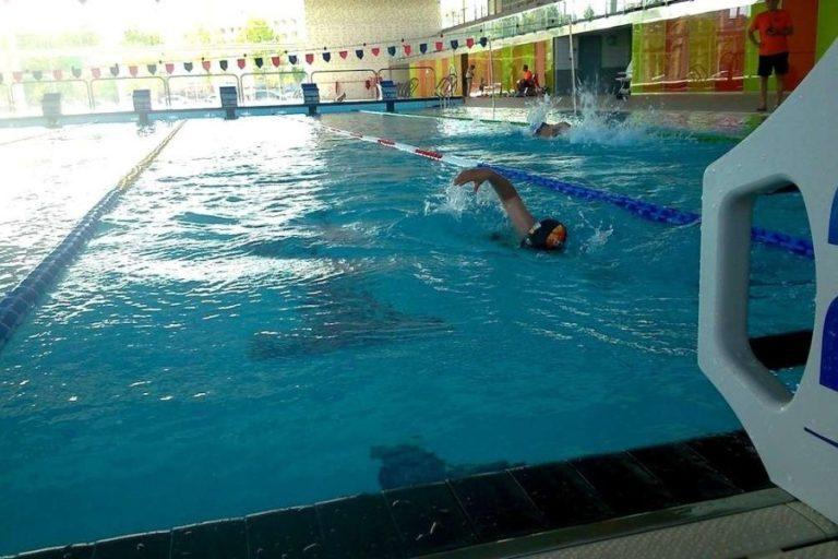 Mascareta obligatòria per a les activitats físiques a la piscina, però no a la zona d'aigües