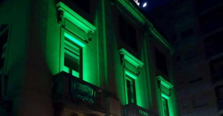 L'Ajuntament il·lumina la façana de color verd per commemorar el Dia Mundial Contra el Càncer