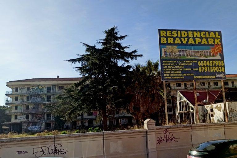 Lloret en Comú reclama una solució per millorar l'estat dels antics apartaments Bravapark