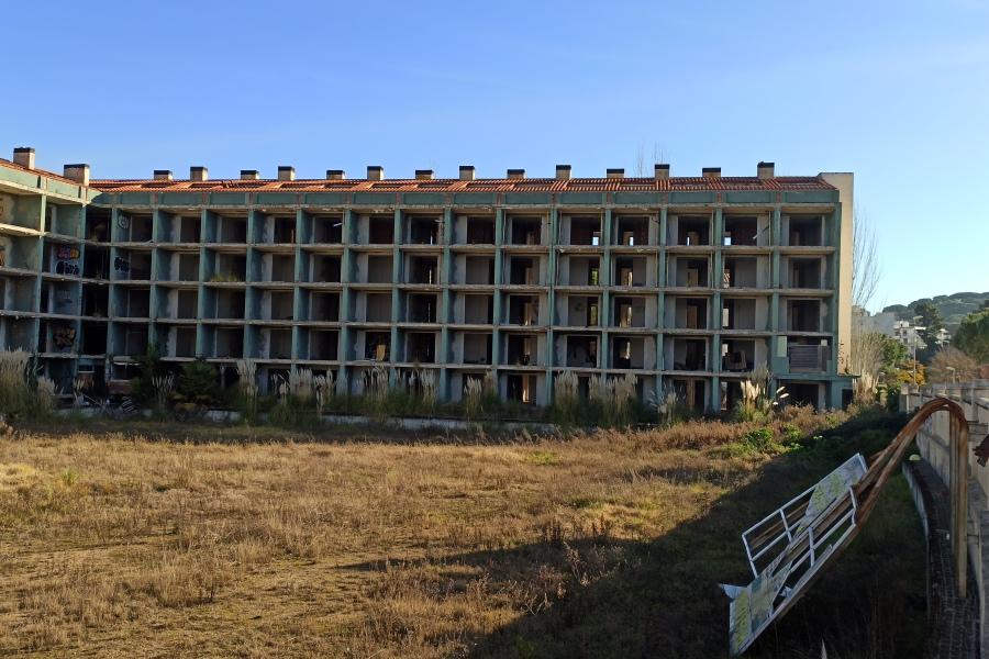L'edifici vist des de l'altra banda
