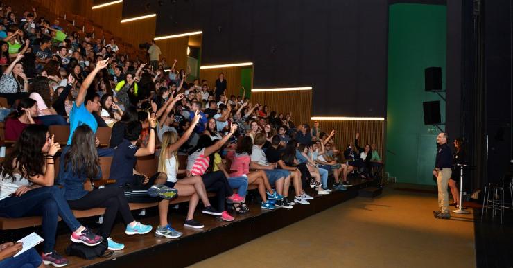230 alumnes gaudeixen de la xerrada de l'astronauta Donald Pettit