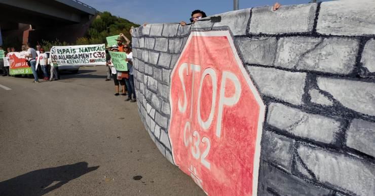 Aturem la C-32 aprofita el cap de setmana llarg de Sant Joan per fer campanya contra l'autopista