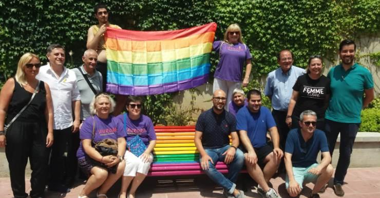 Lloret inaugura dos bancs per commemorar el Dia Internacional de l'Orgull LGTBI