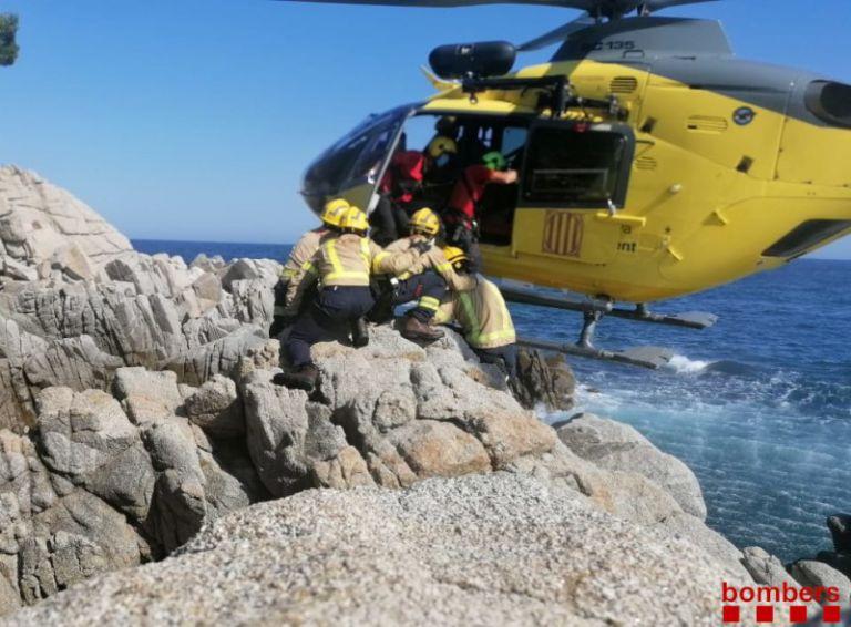 Els Bombers rescaten amb helicòpter un turista francès a les roques de Fenals