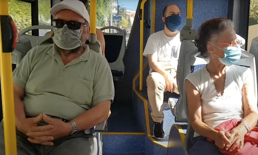Usuaris en un bus de transport urbà (AAVV Lloret de Dalt)