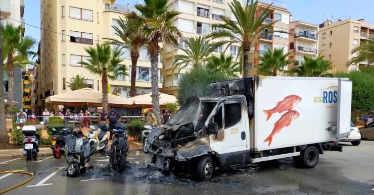Un foc crema un camió i onze motos, al passeig de Lloret