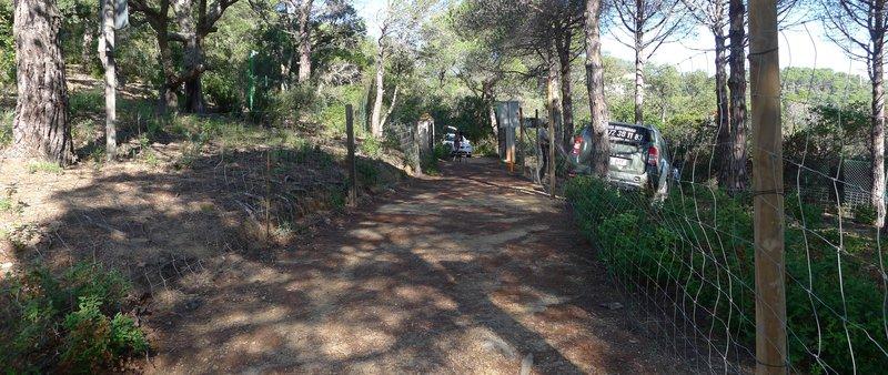 El camí de Can Juncadella, vist des de dins de la finca (El Punt Avui)