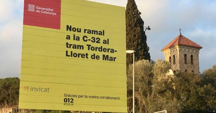 La Generalitat ha col·locat cartells que anuncien les obres de prolongació de la C-32