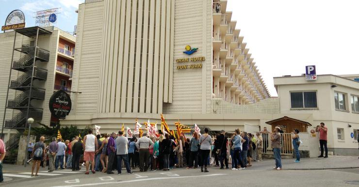 Un centenar de persones es concentren davant de l'hotel Don Juan