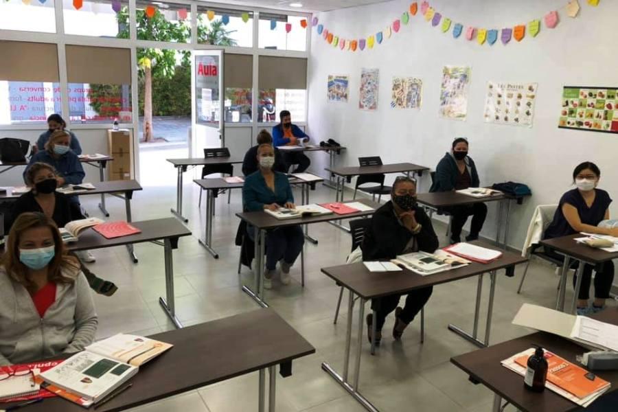 A la tardor, les classes van començar presencialment, però van acabar per internet (Oficina de Català de Lloret)