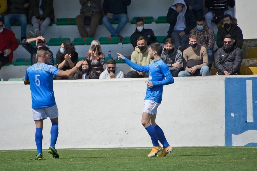 El Club de Futbol Lloret celebrant un dels gols (Aitor Roger)