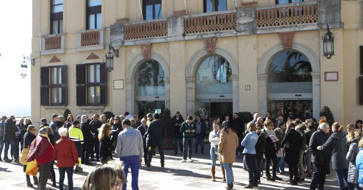 Prop d'un centenar de persones s'han concentrat a l'Ajuntament en suport als presos independentistes