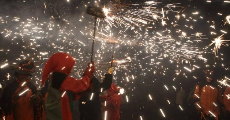 El correfoc, l'espectacle de llum, foc i soroll que aquesta nit 'encén' la festa major de Santa Cristina