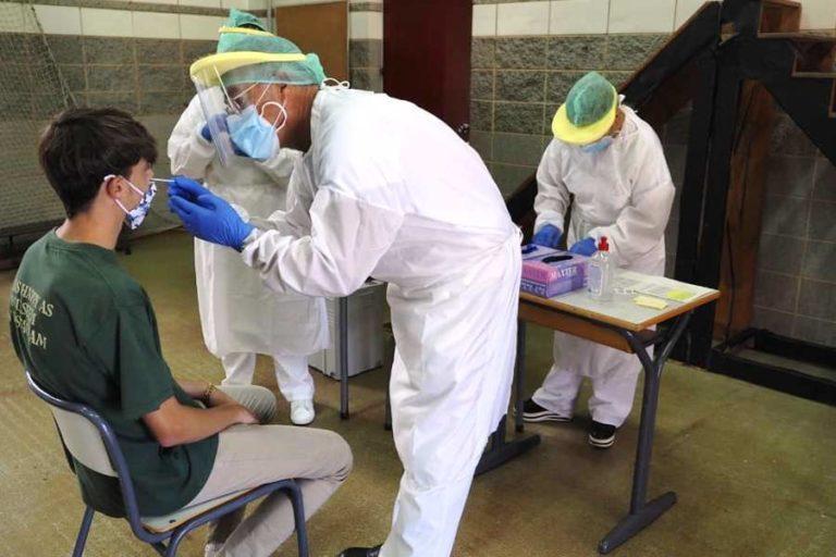 Unitats mòbils per tot el territori fan les PCR en escoles i residències
