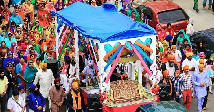 Els sikhs celebren el naixement de la seva religió amb una gran desfilada