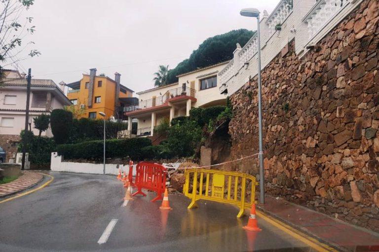 Una esllavissada, l'efecte més destacat de les fortes pluges del cap de setmana a Lloret