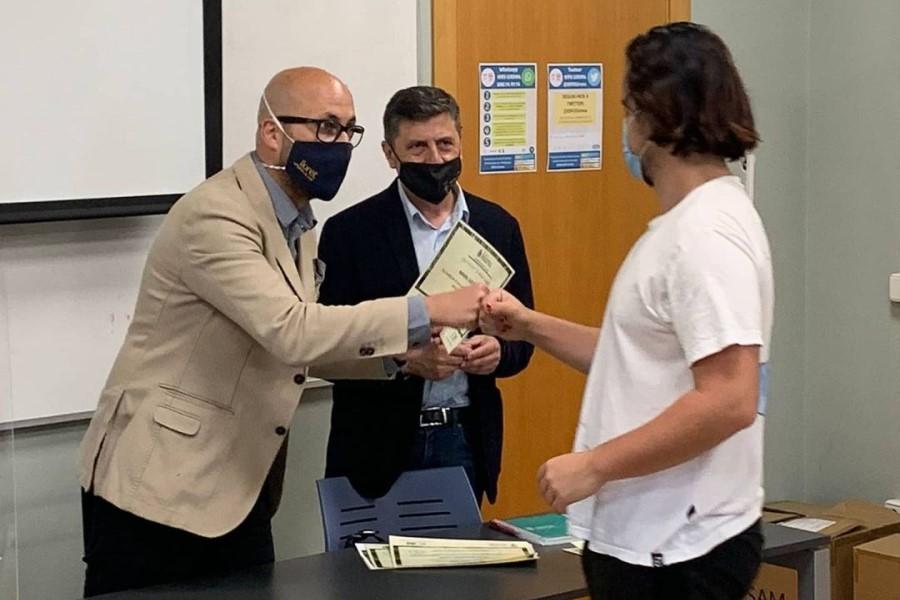 L'alcalde i el regidor en l'entrega de diplomes del curs de gestió forestal (Ajuntament de Lloret de Mar)