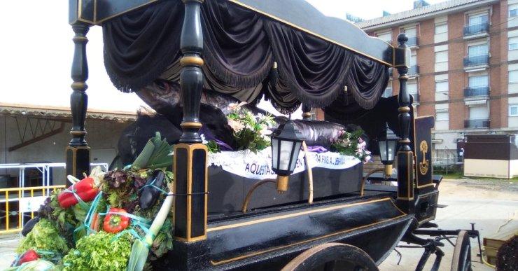Lloret posa punt i final a la celebració del Carnaval amb l'enterrament de la Sardina