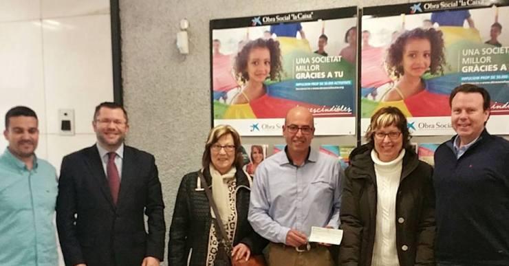 Els comerciants de Lloret i l'Obra Social La Caixa entreguen 2.500 euros a l'associació de l'Esclerosi Múltiple