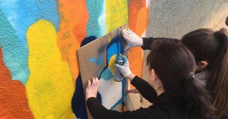 Un nou mural -sobre la diversitat humana- decora el pati infantil de l'escola Pere Torrent