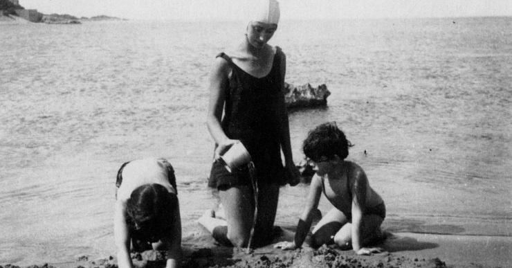 L'exposició 'Anem a la platja' mostra els primers usos lúdics de les platges