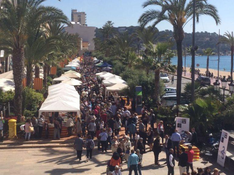 Lloret de Mar celebra la 39 Fira del Llibre i la Rosa, amb una cinquantena de parades