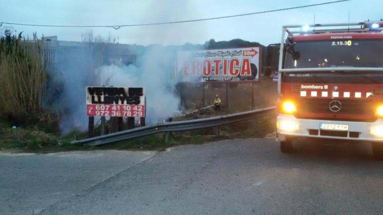 Un incendi crema prop de 100 metres quadrats de canyes a la carretera GI-682
