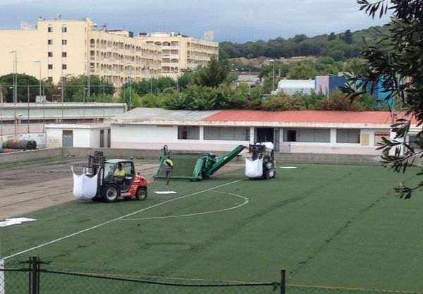 Renoven la gespa artificial del camp de futbol del Molí