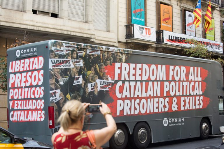 """El bus d'Òmnium amb el lema """"Llibertat presos polítics i exiliats catalans"""" fa parada avui a Lloret"""