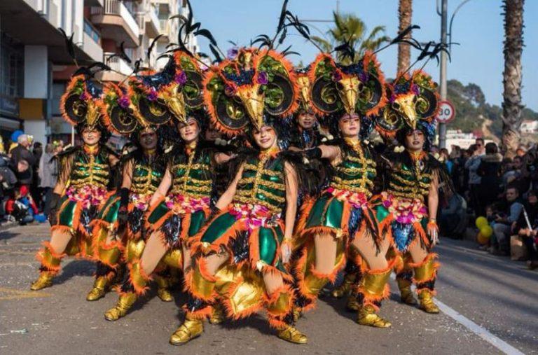 La colla dels Encantats, cinquens a la rua del Carnaval de Blanes, com a comparsa forània