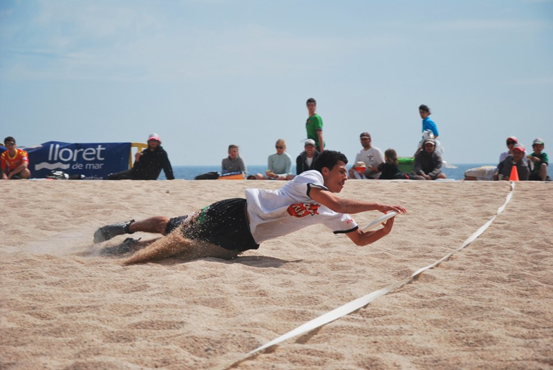 300 jugadors de disc volador a la platja de Lloret