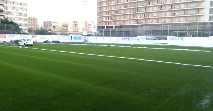 Ja s'ha acabat de col·locar la gespa artificial al camp de futbol municipal